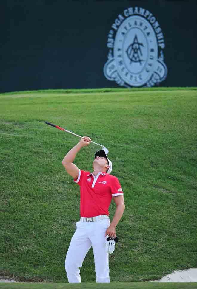 El golfista colombiano Camilo Villegas, que no est� firmando un gran comienzo en el PGA, se desespera tras realizar un mal golpe.
