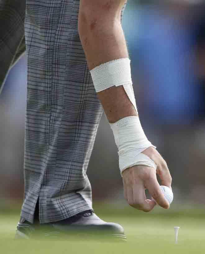 El golfista irland�s Rory McIlroy sigue en el PGA con este aparatoso vendaje tras un accidente sufrido durante la primera jornada.