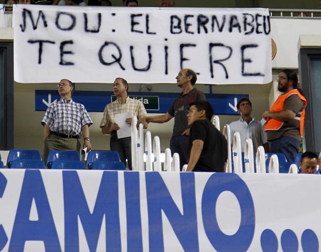 Miles de aficionados madridistas se han desplazado hasta el Santiago Bernab�u para mostrar su apoyo a Jos� Mourinho.