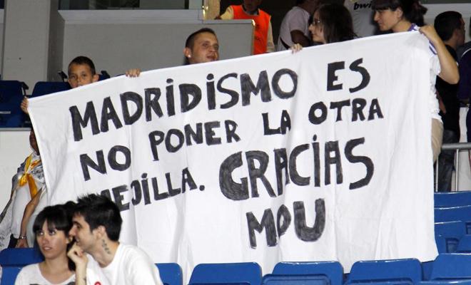 Pancartas y c�nticos de apoyo se han sucedido en los aleda�os de este m�tico estadio, el Santiago Bernab�u.