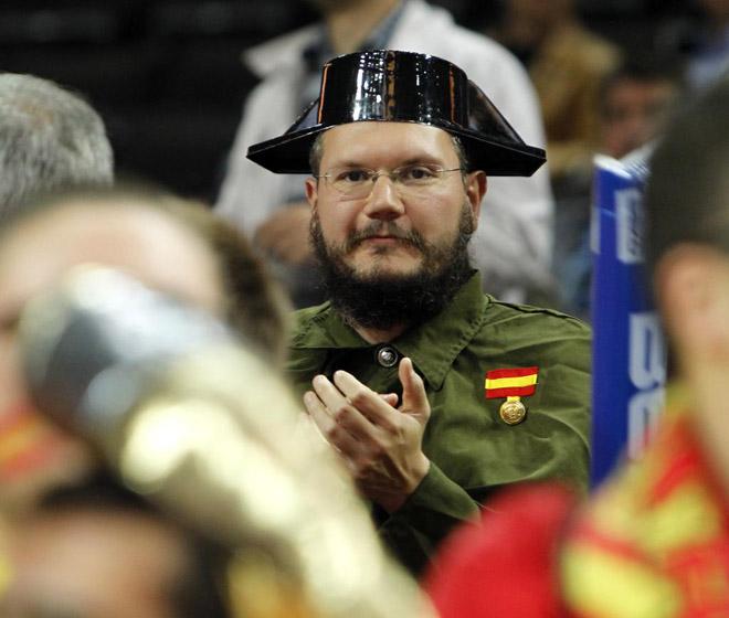 La selecci�n espa�ol no jug� sola las semifinales del Eurobasket, y uno buen n�mero de animosos y coloristas seguidores les animaron en Kaunas.Rafa Casal nos presenta a algunos de ellos.