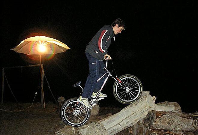 Terol demuestra cuando puede sus habilidades con la bici. En el fondo, es como una moto sin motor.
