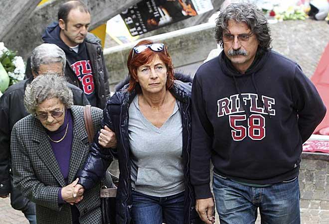 Paolo Simoncelli, acompa�ado por su esposa, entran en la iglesia antes del funeral.