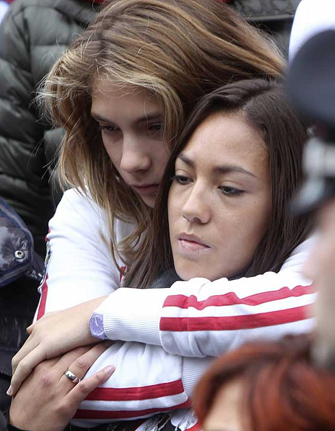 La hermana peque�a y la novia de Marco, con las miradas perdidas durante el funeral.