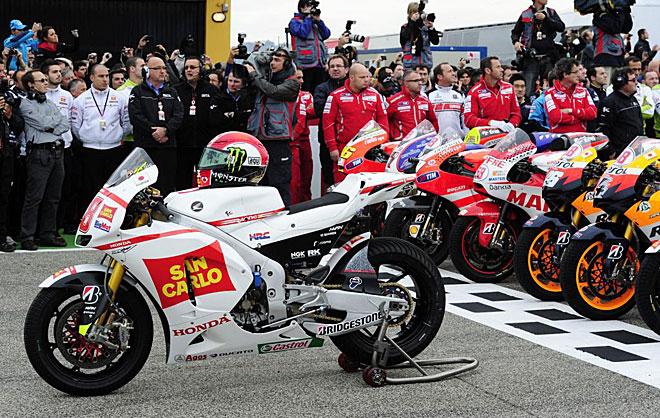 Durante el minuto de ruido la Honda de Marco Simoncelli presidi� la parrilla del circuito de Cheste con el resto de motos del Mundial justo detr�s.
