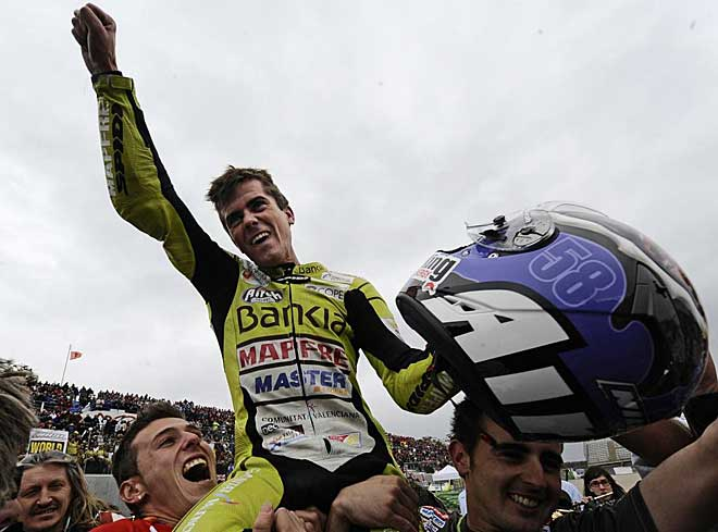 Nico Terol fue levantado a hombros por sus mec�nicos tras la fiesta del podio.