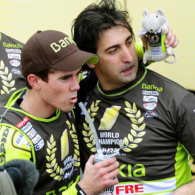 Terol celebró por todo lo alto su campeonato del mundo con la gente de su equipo.