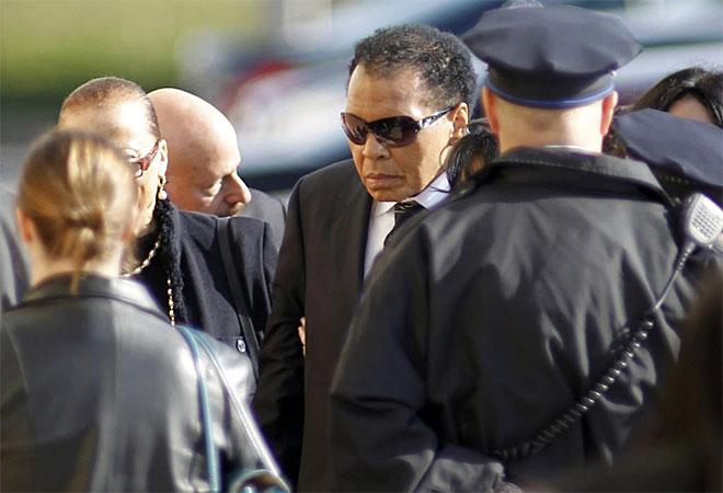 Muhammad Ali llega a la Iglesia Baptista Enon Tabernacle de Filadelfia donde se ha oficiado en funeral por Joe Frazier, fallecido el pasado martes a los 67 a�os a causa de un c�ncer de h�gado