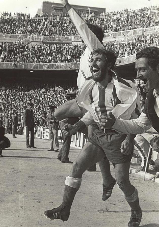 El Atlético recuperó el mando de la Liga en 1977, dirigidos por Luis Aragonés y con el contragolpe como bandera. En la última jornada, les bastaba un punto en Chamartín para ser campeones por delante del Barcelona. Y lo lograron.