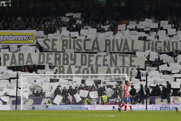"""""""Se busca rival digno para derby. Razón aquí"""", rezaba una pancarta de los aficionados del Madrid."""