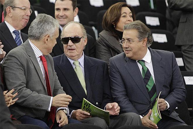 Su Majestad el Rey Don Juan Carlos asisti� a esta primera jornada. Aqu� se le ve junto al presidente de la Federaci�n Espa�ola de Tenis, Jos� Luis Esca�uela, y el alcalde de Sevilla, Juan Ignacio Zoido.