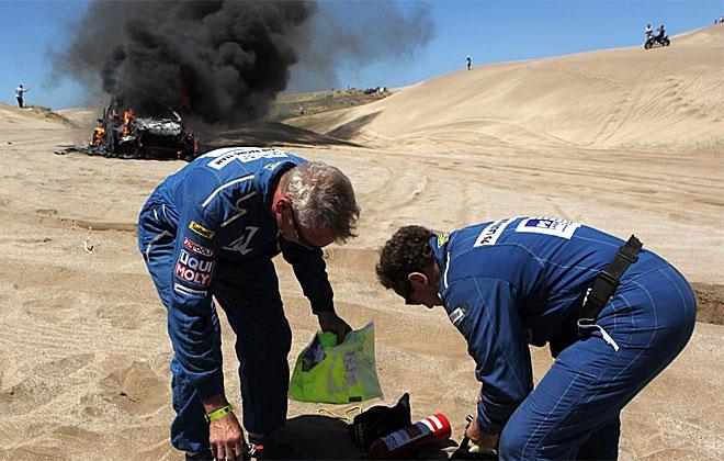 El sudafricano Alfie Cox y su copiloto Jurgen Schroder dijeron adiós al Dakar al incendiarse su coche.