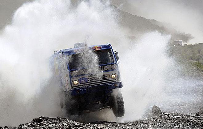 Las espectacularidad de ver a un camión pasar por un charco es digo de captar con la cámara.