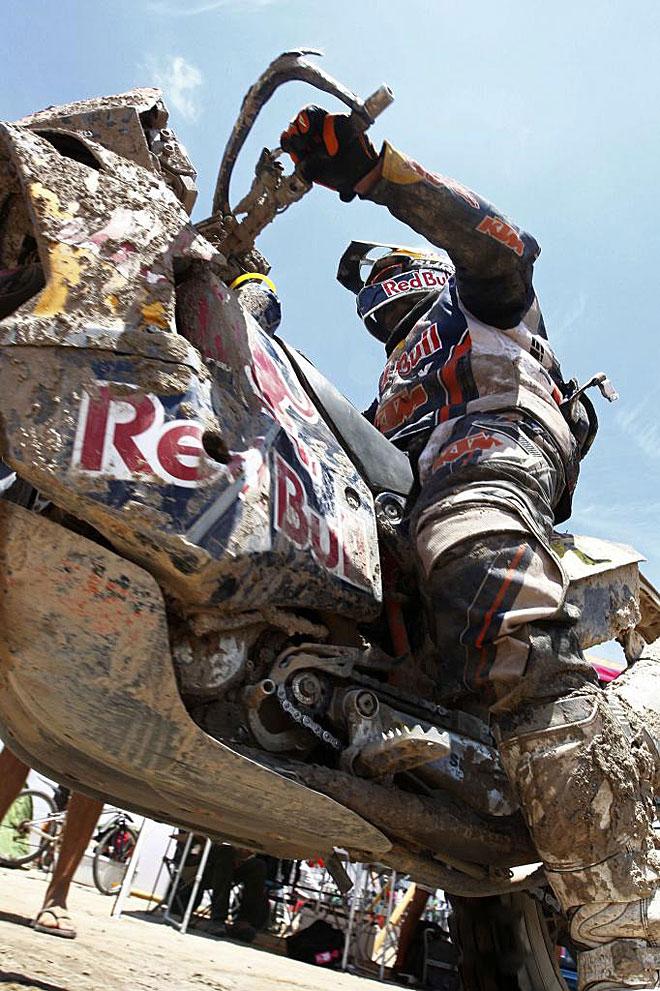 El piloto francés perdió el liderato de motos al perder más de 17 minutos con Marc Coma en la octava etapa.