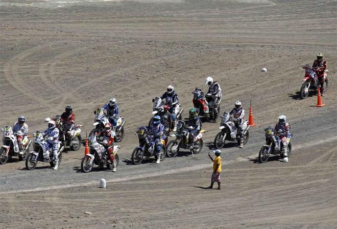 Estos corredores esperan a que se diera el pistoletazo de salida en la penúltima etapa del Dakar.