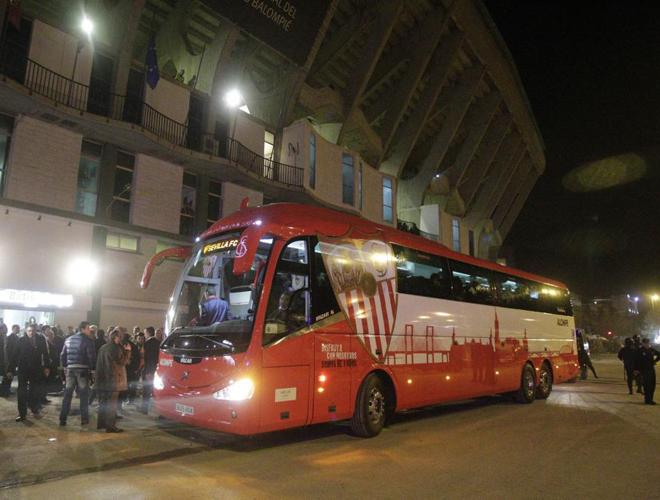 El autob�s del Sevilla llegaba al Estadio Benito Villamar�n con la ilusi�n de las grandes citas. En un ambiente festivo y futbolero, los de Marcelino llegaron al campo de sus vecinos con la esperanza de triunfar en el derbi.