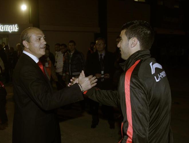 Saludo emotivo entre el presidente del Sevilla y el futbolista utrerano. El hijo pr�digo celebra su vuelta a la entidad hispalense con un derbi de primera magnitud. Todo vuelve a ser como antes.