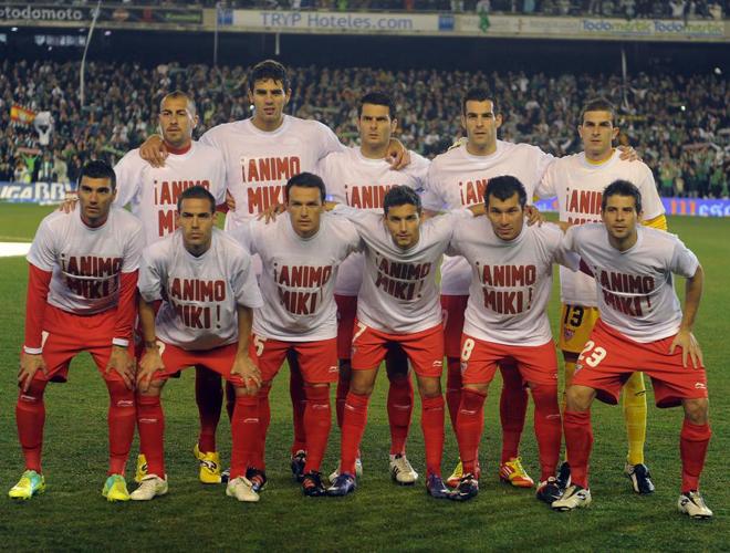 Precioso detalle de los jugadores del Sevilla saltando al campo con camisetas con un mensaje de apoyo a Miki Roqu�. Todos estamos con el jugador y los sevillistas, con se�or�o, tambi�n.