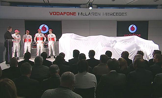Momento en el que los pilots de McLaren están a punto de descubrir el nuevo monoplaza.