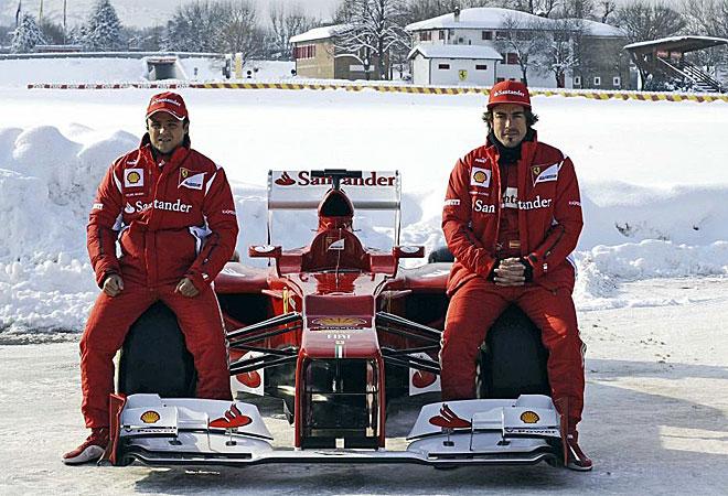Ambos posaron con su nuevo monoplaza al aire libre pese al frío.