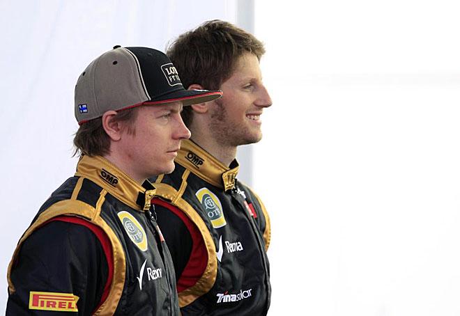 Los pilotos titulares de Lotus, Raikkonen y Grosjean, sonríen ante los compañeros gráficos de la prensa.
