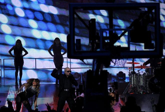 El cantante Pitbull actuó durante el All Star, maravillando con su ritmo y su cuerpo de baile