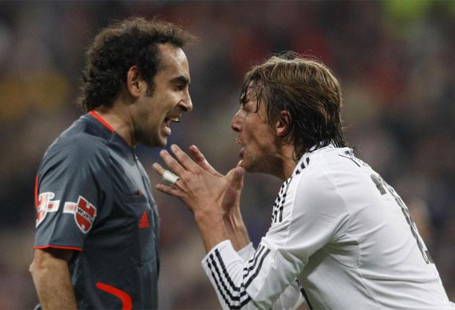 Iturralde Gonz�lez siempre demostr� una fuerte personalidad en el terreno de juego. Aqu�, grit�ndose a grito pelado con Heinze.