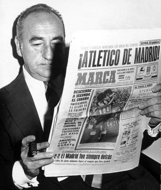 Atiende curioso a la informaci�n del diario MARCA en una imagen de mediados de los 60.