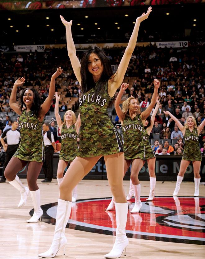 Por segunda noche consecutiva los Toronto Raptors lucieron uniformes de camuflaje como homenaje a las Fuerzas Armadas de Canad�.