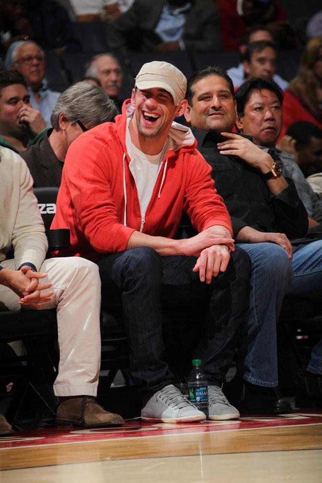 Michael Phelps, el mejor nadador de la historia, se lo pas� en grande viendo a pie de pista el partido entre Wizards y Pistons.