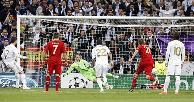 Cristiano Ronaldo hizo el primer gol para el Real Madrid al transformar un penalti en el cual enga�� a Neuer.