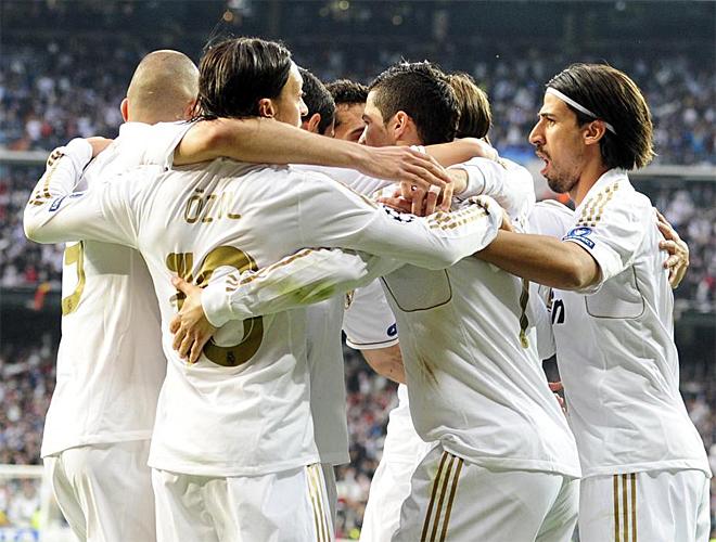 Los jugadores del Madrid se abrazan en uno de los goles marcados al Bayern.
