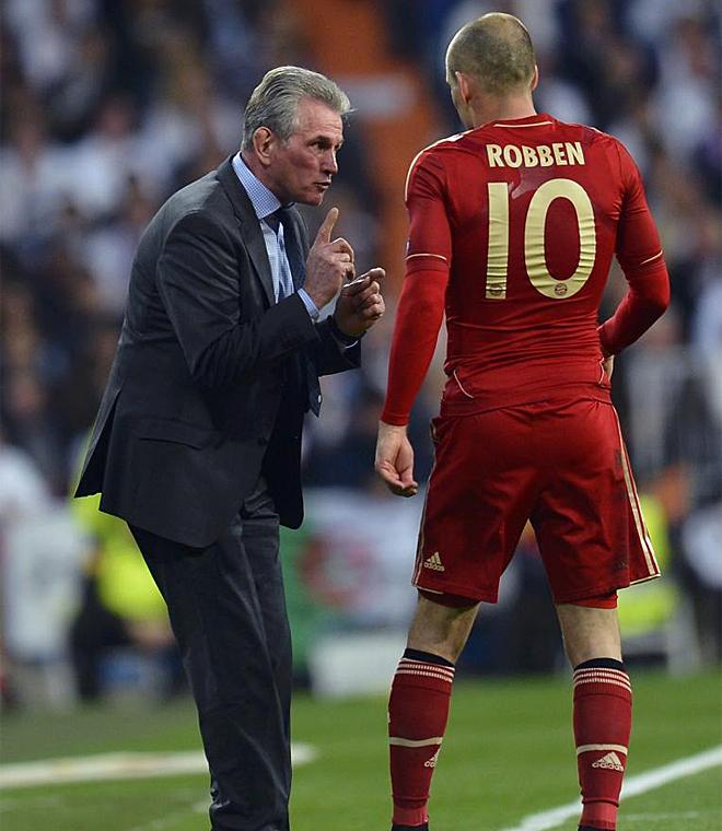 Heynckes imparte instrucciones a Robben en el regreso del t�cnico y del jugador holand�s al Santiago Bernab�u.