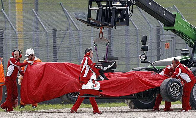 La gr�a retira el Ferrari de Alonso.