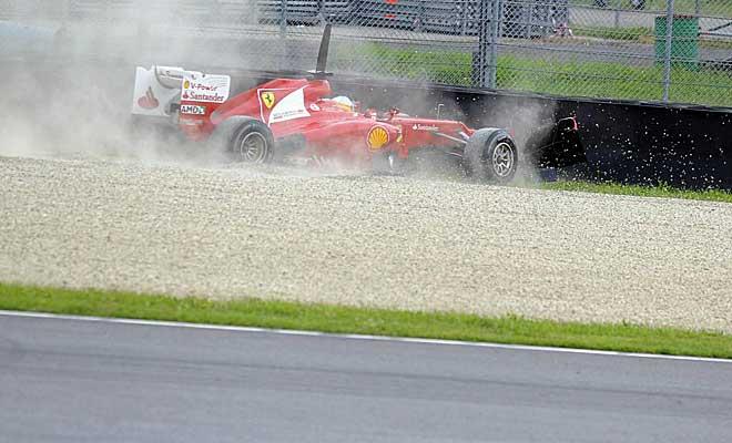 Momento en el que Fernando Alonso impacta con su monoplaza contra la barrera.