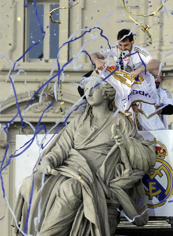El capitán cumplió con la tradición y le puso a La Cibeles los colores del Real Madrid.