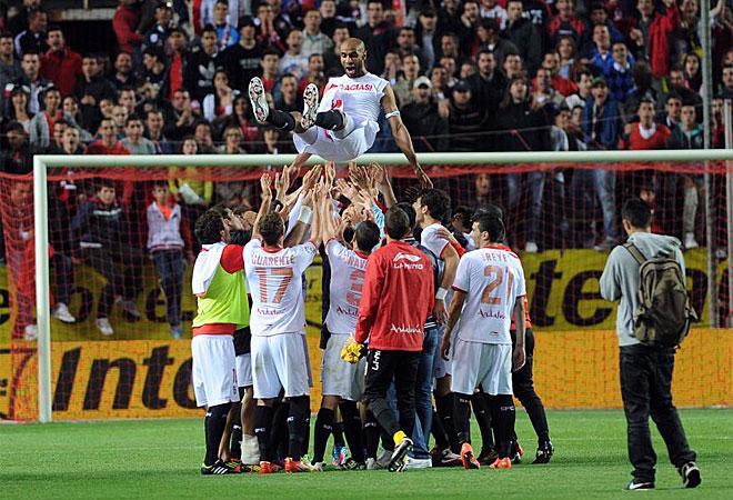 Los jugadores del Sevilla acabaron manteando a Kanouté a la finalización del encuentro.