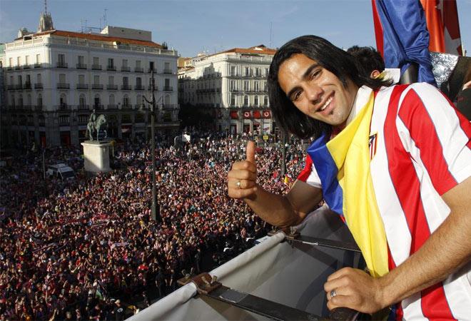 El colombiano fue de los m�s aclamados por los colchoneros, que tampoco faltaron en Sol para estar con los suyos y verlos en el balc�n de la sede de la Comunidad de Madrid.