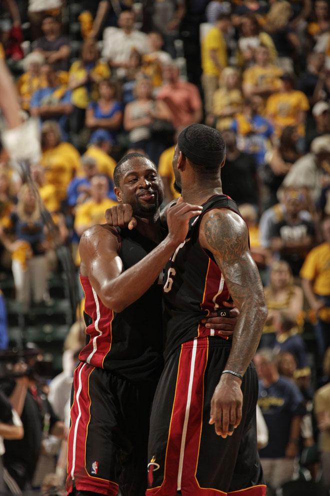 Dwyane Wade y LeBron James felicit�ndose tras su partidazo para ganar a los Pacers en Indian�polis.