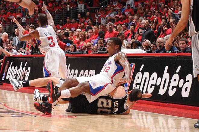 Eric Bledsoe se sent� sobre Manu Gin�bili durante el partido que los Spurs eliminaron a los Clippers.