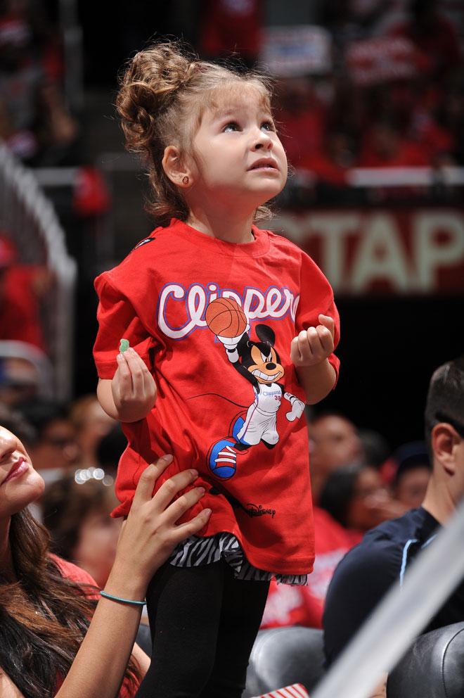 Una joven aficionada de los Clippers con una camiseta de Super Rat�n.