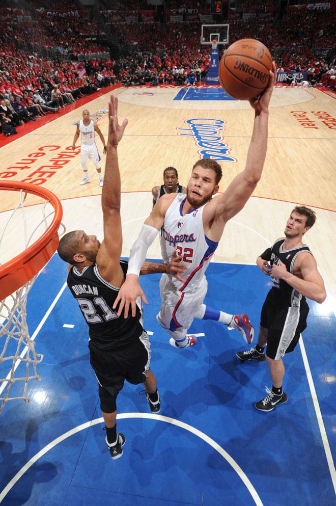 Blake Griffin machacando ante Tim Duncan. Duelo generacional en las alturas.
