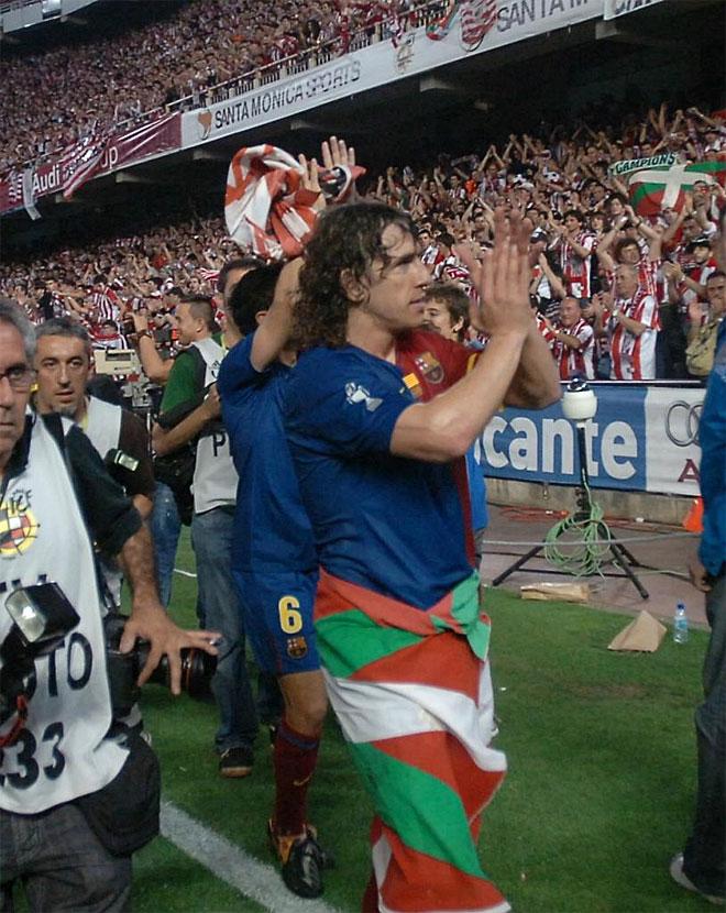 Puyol pasea con una Ikurriña y recibe los aplausos de la afición del Athletic en la final de Copa.