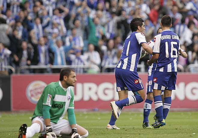 Justo antes del descanso Riki se adelantaba a la defensa del Huesca y establec�a el empate, devolviendo algo de tranquilidad a la grada de Riazor.