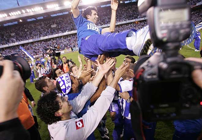 Pese a no jugar, Juan Carlos Valer�n fue de los primeros jugadores en saltar al c�sped para celebrar el ascenso y acab� manteado por sus compa�eros.