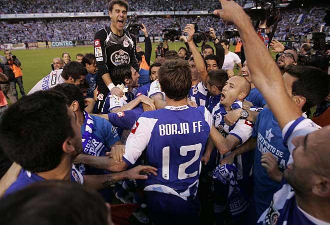 Dani Aranzubia, que ha cuajado una gran temporada defendiendo la porter�a del Deportivo, se eleva por encima de sus compa�eros.