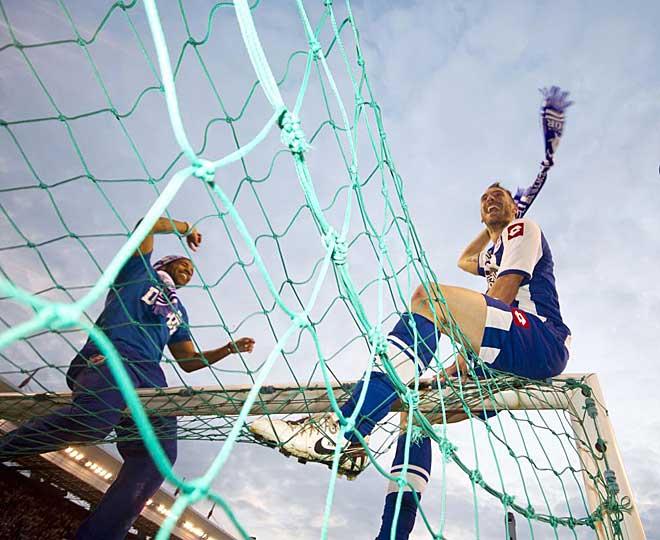 Bodipo y Xisco celebran subidos en el larguero de una de las dos porter�as de Riazor la vuelta entre los grandes del f�tbol espa�ol.