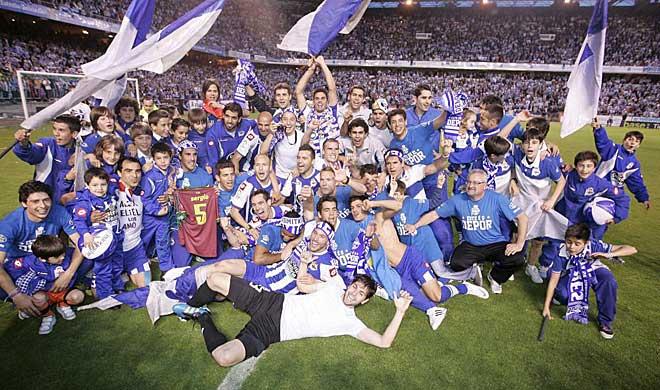 Los jugadores del Deportivo celebran en el mismo c�sped de Riazor el triunfo ante el Huesca, remontada incluida, y por tanto el ascenso a Primera divisi�n.