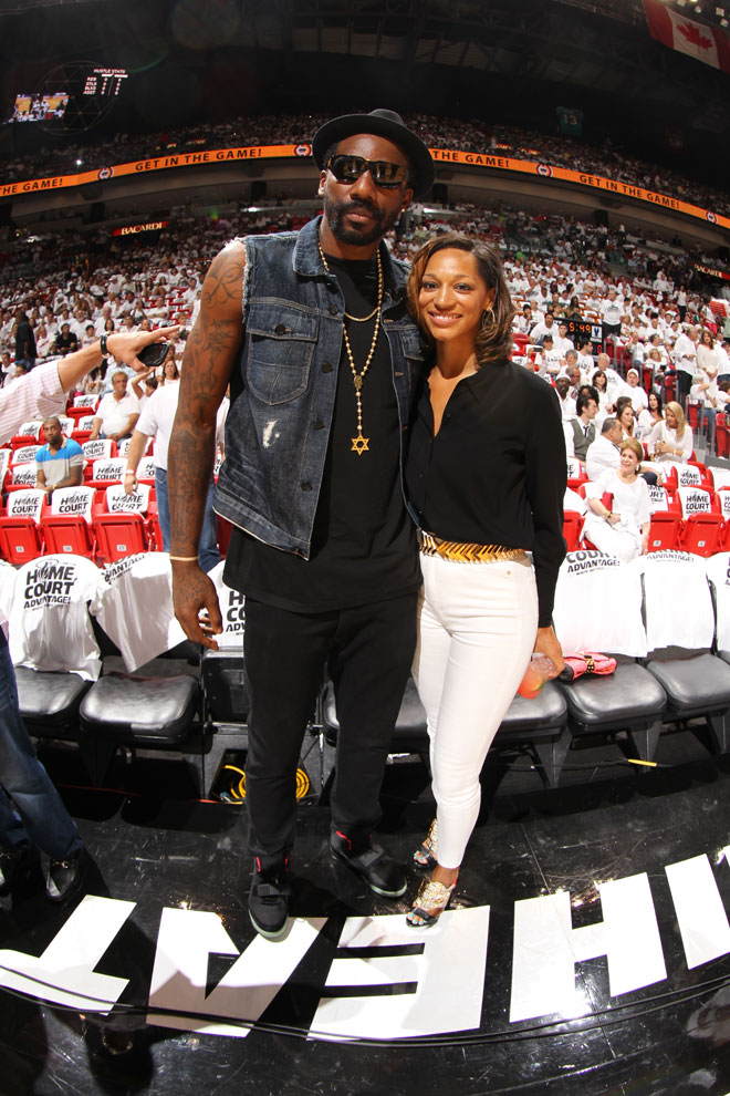Amare Stoudemire, jugador de los Knicks, acudi� acompa�ado por su prometida al quinto partido de la serie entre Celtics y Heat.