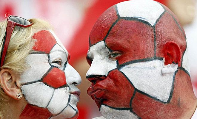 Estos aficionados polacos disfrutaron de los momentos previos al partido inaugural dejando patente su apoyo incondicional a su selecci�n.